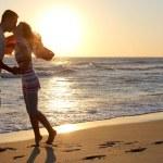 在日落的浪漫情侣 — 图库照片
