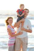 在海滩上的年轻家庭 — 图库照片
