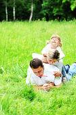 自然の中で若い家族 — ストック写真