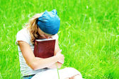 Young girl reads the Bible — Stock fotografie