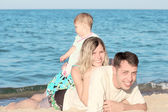 Família na costa do mar — Foto Stock