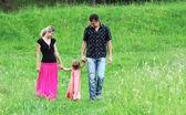 Junge familie in der natur — Stockfoto