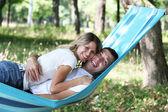 Молодая пара в любви в гамаке — Стоковое фото