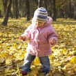 A beautiful little girl in autumn park — Stock Photo #13413646