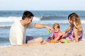 Rodina na břehu moře — Stock fotografie