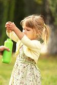 Niña con burbujas de jabón — Foto de Stock