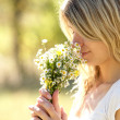A young woman with daisy flowers — Stock Photo