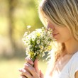 A young woman with daisy flowers - Foto de Stock