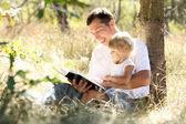 Jovem pai com a filha lê a bíblia — Foto Stock