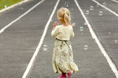 Dziewczynka z baniek mydlanych — Zdjęcie stockowe