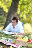 папа и дочь, чтение библии — Стоковое фото