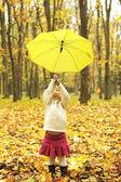 Hermosa niña con paraguas al aire libre — Foto de Stock