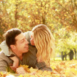 Young couple in autumn park — Stockfoto