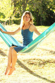 Mladá žena v houpací síti — Stock fotografie