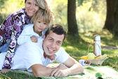 Jeune famille avec une fille lors d'un pique-nique — Photo