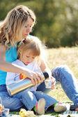 Mãe com a filha em um piquenique — Foto Stock