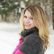 Young woman in a park in winter — Stock fotografie