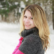 Young woman in a park in winter — Stockfoto