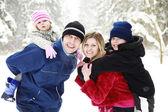 Familia con niños en el parque en invierno — Foto de Stock