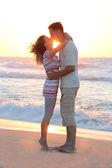 Couple on the shore of the sea — Stock Photo
