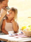 Baba ve kızı üzerinde piknik — Stok fotoğraf