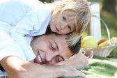 Hermosa niña con papá jugando — Foto de Stock