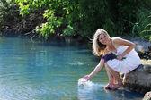 девушка, брызги воды на озере — Стоковое фото