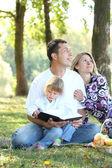 Doğa i̇ncil okumak aile — Stok fotoğraf