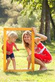 Mamma och hennes lilla dotter i ramen — Stockfoto