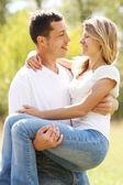 屋外の愛のカップル — ストック写真