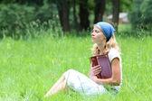 年轻的女孩读圣经 》 — 图库照片