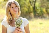 Mladá žena na přírodu — Stock fotografie
