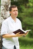 Man reading the Bible — Stockfoto