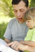 νεαρό πατέρα με την κόρη του λίγο διαβάζει την αγία γραφή — Φωτογραφία Αρχείου