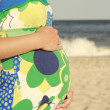 Pregnant woman on the beach — Stockfoto
