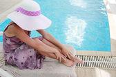 Dziewczyna w kapeluszu w basenie woda — Zdjęcie stockowe
