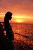 Sylwetka dziewczyna o zachodzie słońca — Zdjęcie stockowe