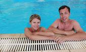 Miłości para w basenie woda — Zdjęcie stockowe