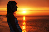 Silhouette of a girl at sunset — Stockfoto