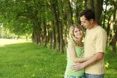 Беременная молодая пара на природе — Стоковое фото