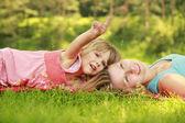 Moeder spelen met haar dochtertje op het gras — Stockfoto