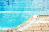 En blå vatten simbassäng — Stockfoto