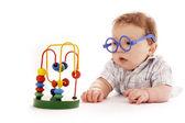 Infantile bébé sur un fond blanc dans des verres avec un jouet — Photo