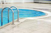 Passos em uma piscina de água — Foto Stock
