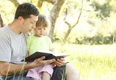 父亲带着小女儿读圣经 》 — 图库照片