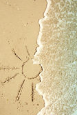 Sun drawn in the sand on the seashore — Stockfoto