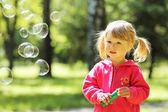 小女孩用肥皂泡沫 — 图库照片