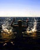 Krásná mladá dívka na pláži — Stock fotografie