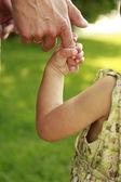 親は小さな子供の手を保持します。 — ストック写真