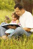 Vader met dochtertje leest de Bijbel — Stockfoto